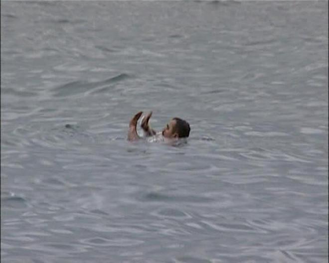 Dolmabahçe sahilinde elbiselerini çıkaran M. Ç. (41),  havanın soğukluğuna aldırmadan denize atladı.