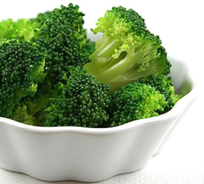 Aynı zamanda C vitamini ve kalsiyum içerirler. Beslenme uzmanları brokoliyi, kendisi gibi kanseri önleyici etkisi olan domatesle birlikte pişirmeyi öneriyorlar.