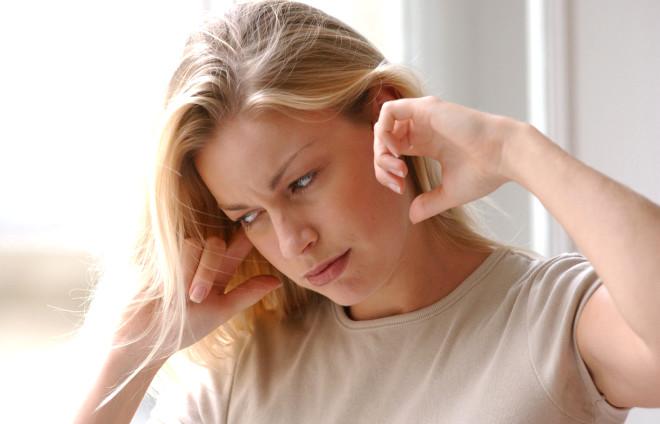 Hastaların yarısında iki kulakta da ortaya çıkabilen kulak çınlamasının nedenleri yüksekten kaynaklanıyor. Doktorlar vatandaşları yüksek sese maruz kalmamaları konusunda uyarıyor..