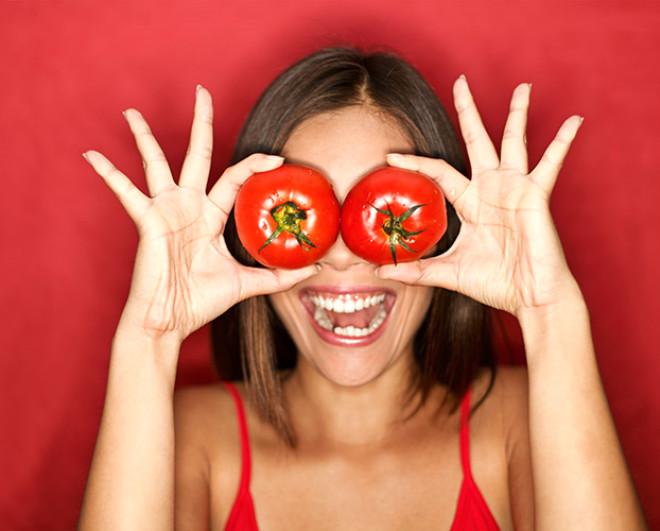 Yemeklerin vazgeçilmezi olan domatesin faydalarını artık hepimiz biliyoruz. Peki domates suyunun sayısız faydalarını biliyor musunuz?