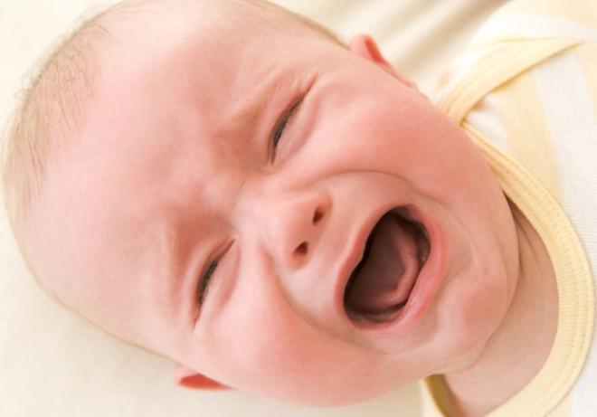 Spanish Journal of Psychology dergisinde yayınlanan makaleye göre, kızgın bir bebek, onu kızdıran kişiye doğru hafif kısık gözlerle bakıyor, ağlarken ağzı yarım ya da tamamen açık oluyor. Ayrıca ağlamanın şiddeti kademeli olarak artıyor.