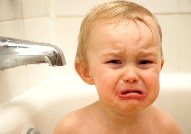 Korkmuş bir bebek gözleri ve ağzı açık bir şekilde ağlıyor. Bakışları ise hareket eden nesnelere odaklanma eğiliminde oluyor. Ağlama giderek şiddetlenerek bir anda en yüksek seviyeye çıkıyor.