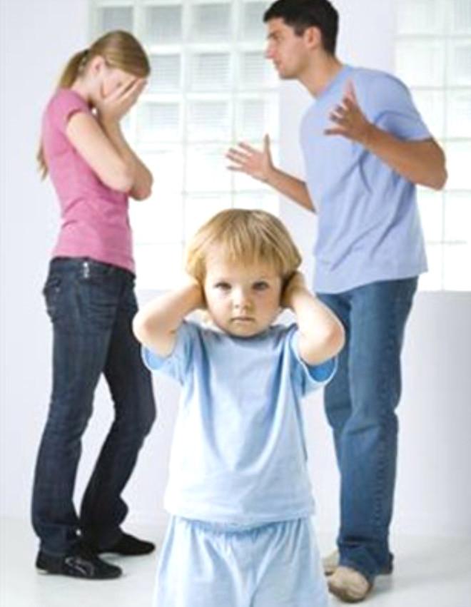 Üçüncü dönem çocukların bireyselleşmesi ve sosyalleşmesi dönemidir. Bu dönemde aile dinamikleri değişime uğrar, aile içinde koalisyonlar oluşur. Çocukların okula başlaması aile okul, arkadaş, çevre gibi yeni sistemlerle ilişkiye geçer ve yeni sistemlerin kurallarıyla değişime zorlanabilir. Farklı ebeveynlik tutumları eşleri çatışmalara sürükleyebilir. Ebeveynler bu dönemde görevlerini yerine getirirken kendi içlerinde de ebeveynlik ve iş yaşamındaki kariyerleri arasında rol çatışması yaşarlar.