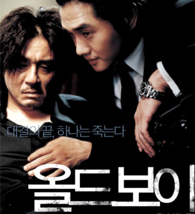 DİKKAT; (Bu galeri Old Boy Filmi hakkında spoiler/sürprizbozan içermektedir. )Kore yapımı Old Boy/İhtiyar Delikanlı Filmi; çekim tekniği, muhteşem oyunculukları, şiddet ve ensest ilişki konusunu irdeleyen intikam öyküsü ve sarsıcı, insana yumruk yemiş hissi veren finaliyle unutulmazlar yerini çoktan aldı.
