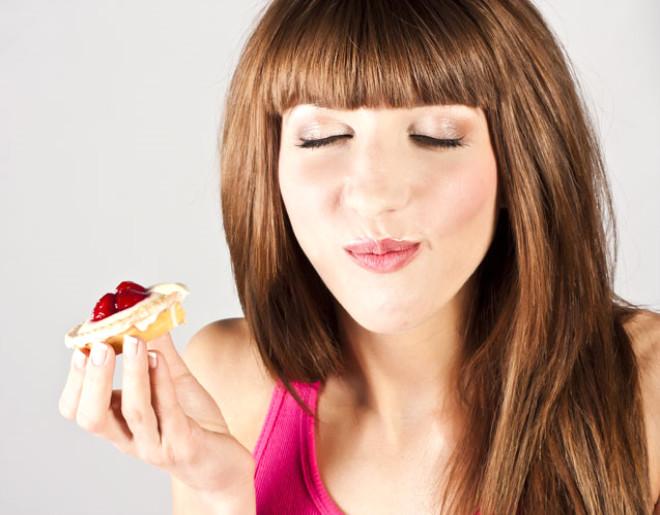 PMS (Adet öncesi sendromu): Adet dönemleri öncesinde aşırı duyarlılık göstermek olarak tanımlanabilecek bu durumda, kadınların aşırı tatlı ihtiyacı duydukları bilinir. Çeşitli beslenme stratejileri ile tatlı krizlerinin önüne geçilmesi mümkündür.