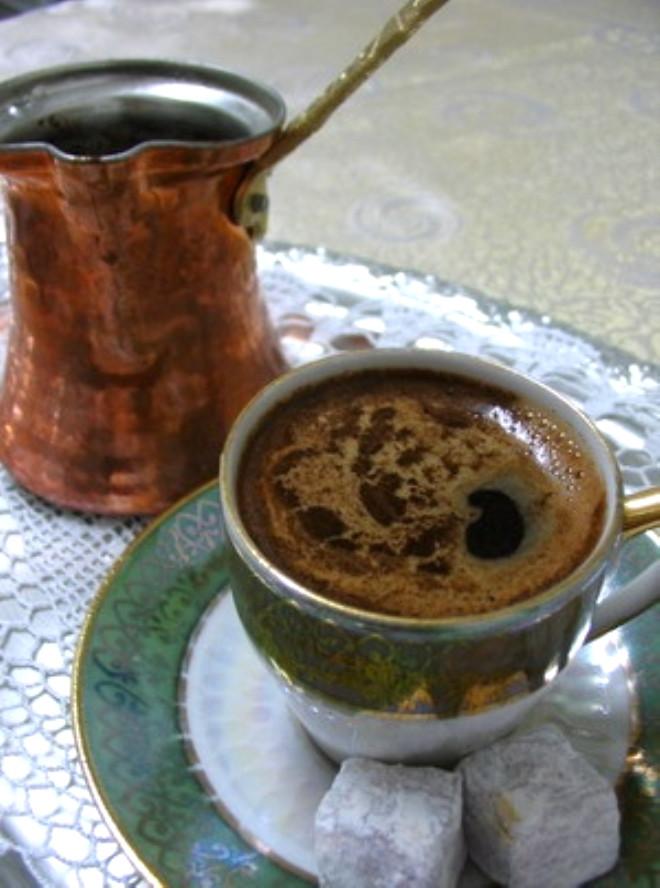 Taze çekilmiş kahveden yapılan kahvenin o nefis kokusu ve lezzeti tartışılmaz elbette. Ne ver ki bilim dünyası kahve nedeniyle ikiye bölünmüş durumda. Yararları ve zararları birlikte tartışılıyor.