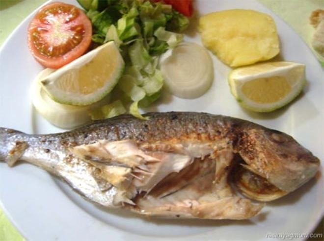 YAĞLI BALIKLAR: Somon, sardalya gibi balıklar hücre zarını güçlendirdikleri gibi, kalp hastalığı, hipertansiyon, depresyon, eklem ağrısı gibi rahatsızlıklara karşı korunmaya katkıda bulunuyor.