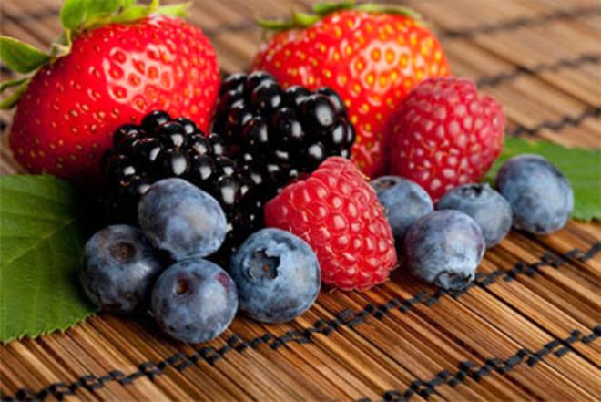 ÇİLEK VE BÖĞÜRTLEN: Çilek, böğürtlen, kızılcık ve ahududu gibi meyveler anti kanserojen özelliklere sahip ve hücre onarıcı olduğu bilinen antokyan maddesini içerirler.
