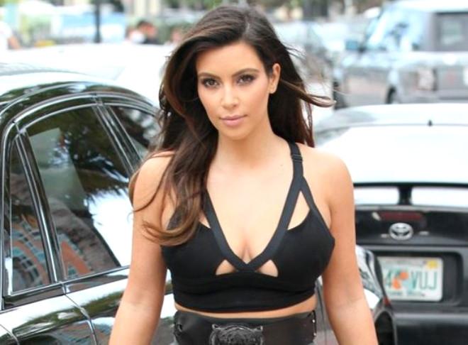 Kızının doğumundan sonra saçlarını sarıya boyatan Kim Kardashian, yine eski haline dönmeye karar verdi.