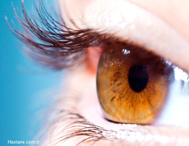 Göz seğirmesi: Birçok insan, göz seğirmesinin stres ve yorgunluk sonucu oluştuğunu düşünse de asıl nedeni göz kuruluğudur. Gözler fazla kuru olduğunda onları nemli tutabilmek adına istemsiz olarak kırparsınız. Bir süre sonra kırpma, sinirlerinizi harekete geçirir ve beyni daha çok kırpması için kandırmaya çalışır.