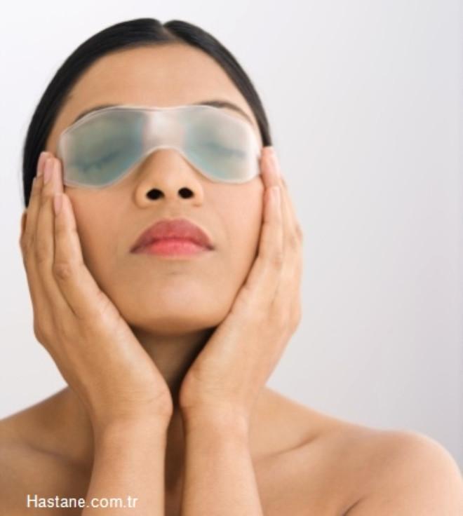 Çözüm: Göz seğirmesi kendi kendine geçer ama bu süreci hızlandırmak istiyorsanız gözün üzerine 30 saniye boyunca sıcak kompres yapın.