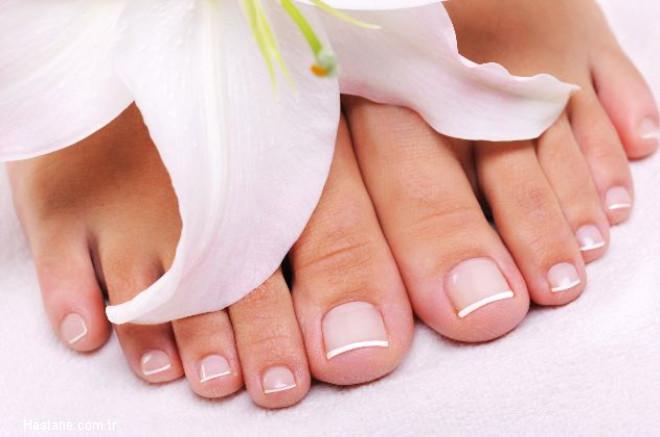 Her banyodan sonra ponzo taşıyla yumuşak hareketlerle ölü deriyi temizleyin. Çatlak bölgeleri, içeriğinde E vitamini ve jojoba yağı bulunan ayak kremleriyle gün boyu sık sık kremleyin. Çatlaklarınız kaybolana dek, sürekli çorap ve kapalı ayakkabı giyin.