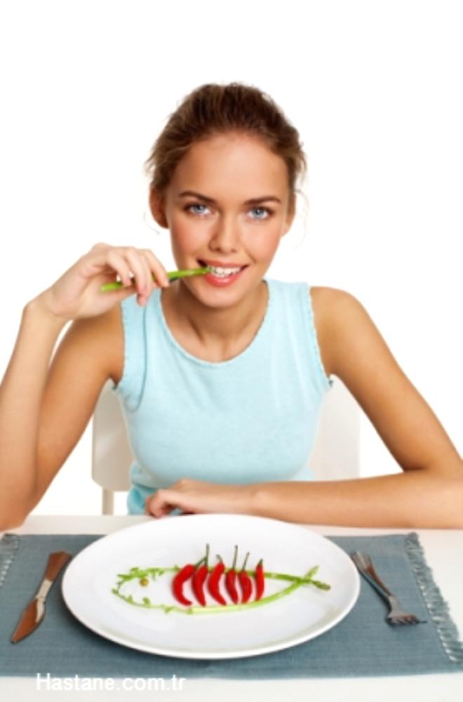 Az ve sık beslenin… Her besin tüketiminden 3 saat sonra kan şekeri düşmeye başlar. Açlık süresi uzadıkça kan şekerinde oluşan düşmeye paralel yorgunluk düzeyi artar.