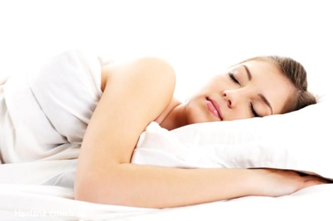 Uykusuzluk cilde yorgun, mat ve şiş bir görüntü verir. Bu yüzden düzenli uyku, genç kalmak ve daha iyi görünmek için bakım kadar gereklidir.