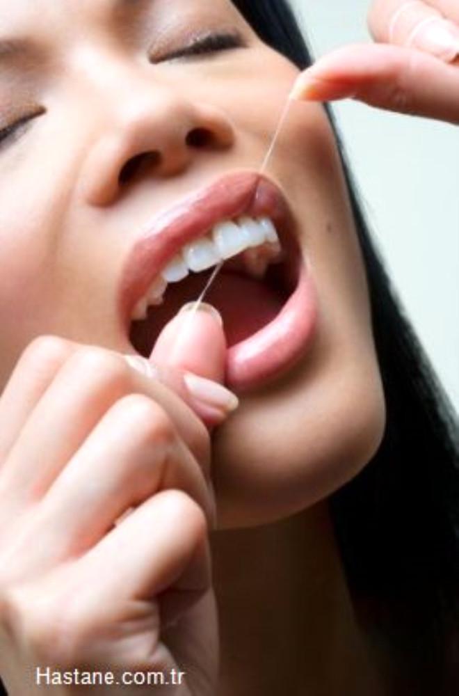 Dişlerinize uygulayacağınız düzenli bakım sayesinde uzun yıllar bembeyaz dişlere sahip olabilirsiniz.
