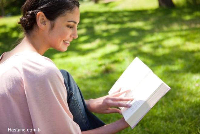 Kitap okuyun; belki televizyon seyretmek daha kolayınıza geliyordur. Ancak kitap okumak; entelektüel seviyenizi ve kelime haznenizi geliştirmekle kalmıyor, aynı zamanda beyninizin sol kısmını da çalıştırmanıza yardımcı oluyor.