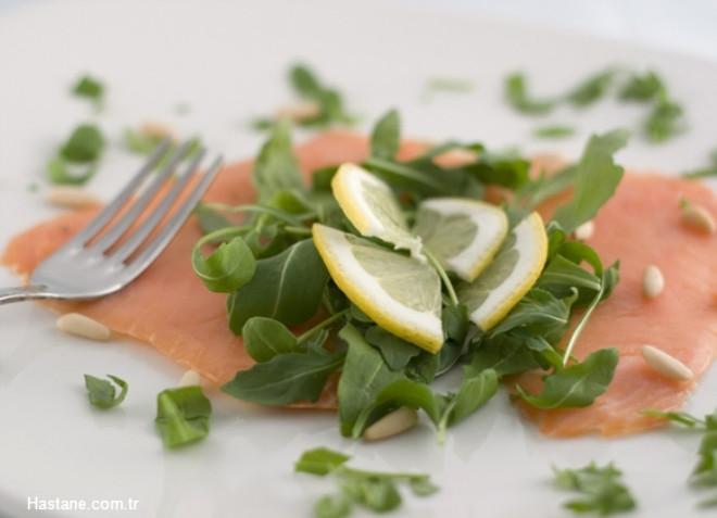 Somon, sardalya gibi yağlı balıklar, vücutta iltihapları önler, mikroplarla savaşarak bağışıklığı yükseltir.