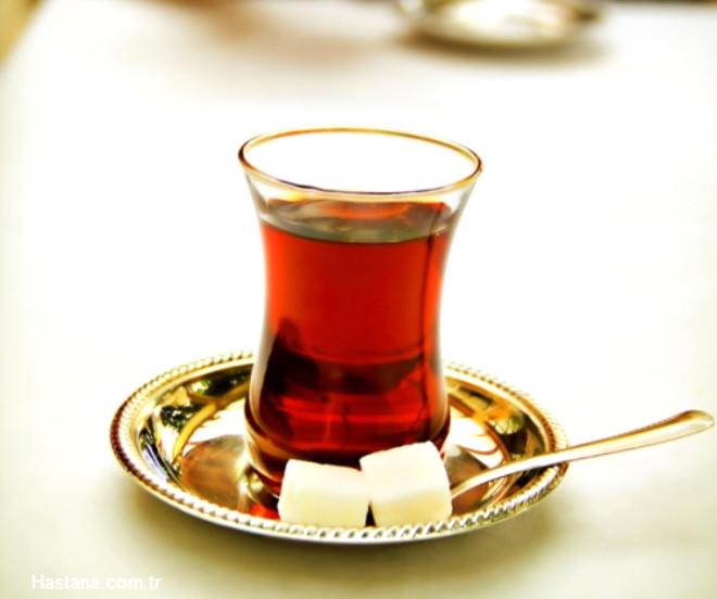 Çayın etkisi ise demlenme süresine bağlıdır. Çay yapraklarında da çabuk çözülen kafein mevcuttur.