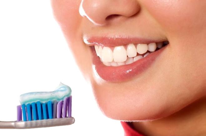Diş ağrısına sebep olan en önemli faktörlerden biri diş çürümesidir. Hemen her insanın başına gelen bol sancılı bir sürecin başlangıcının sinyallerini veren diş çürümesi, bol miktarda şekerli besin tüketmek, şeker muhtevi ilaçlar kullanmak, yetersiz ağız ve diş temizliği ile diş tabakasını kaplayan plaklar sebebiyle oluşmaktadır.