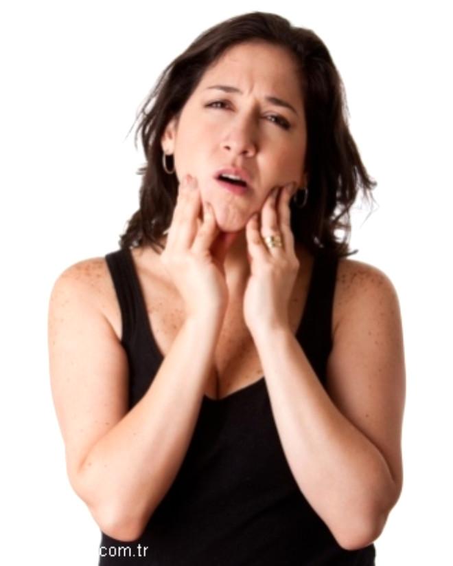 Çene ekleminde ağrı : Çene eklemine aşırı yüklenilme nedeni ile eklemde ağrı, çıtırtı ve kenetlenme olabilmektedir.