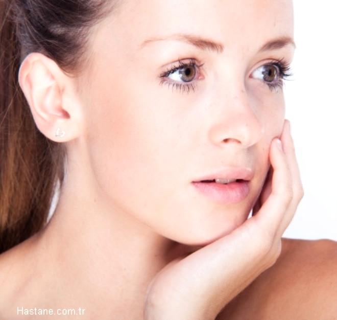 Kas ağrısı: Özellikle şakak ve yanak bölgesindeki kasların aşırı çalışması bu bölgelerde kas ağrısına neden olur.