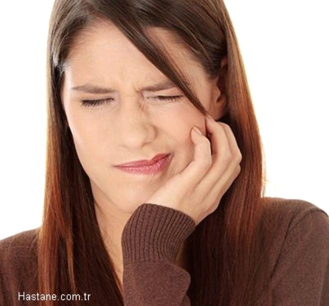 Ağrı: Diş ağrısı, diş çürüğünün ilerleyerek dişin sinir dokusuna ulaşması ile meydana gelir. Yemeklerde hafifçe hissettiğimiz ağrı, bizi uyutmayacak kadar şiddetlenir.