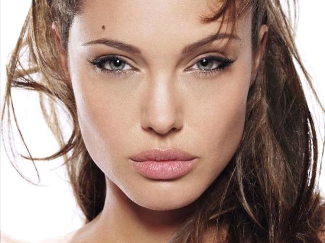 Her şeyin modası olduğu gibi estetik ameliyatların da bir modası var. Şimdilerde de bir zamanlar en sık yaptırılan ameliyatlar arasında yer alan dudak estetiği modasına dönüş sözkonusu.