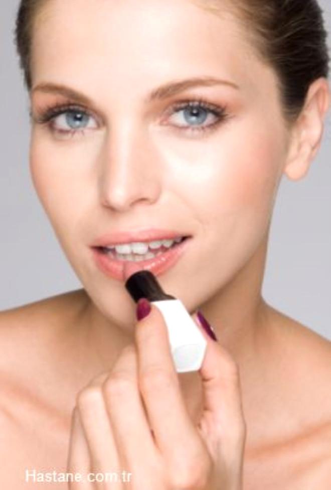 Sağlıklı dudaklara sahip olmak hiç zor değil.Sürekli kuruyan dudaklarınızı iyileştirmek ve bu problemin neden kaynaklandığını öğrenerek, sorun tedavi edilmelidir.