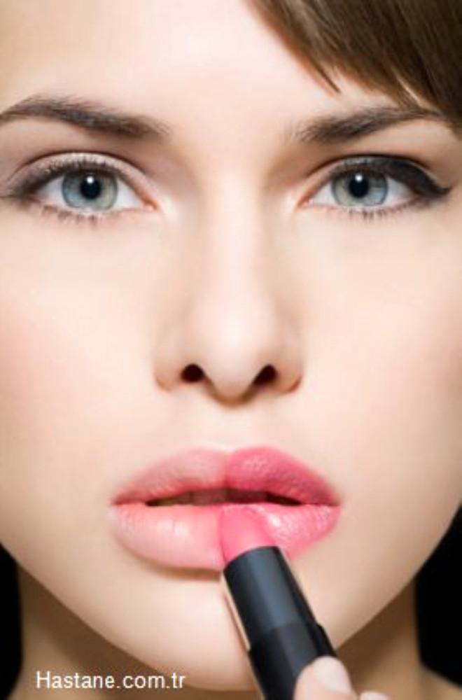 Kullandığınız dudak parlatıcısı bile dudağınızın kurumasına neden olabilir. Kuruyan dudaklarla başa çıkmanın en kolay yolu ise bol bol su içmekten geçiyor.