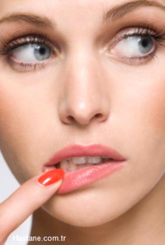 Kurutucu içerikler barındıran ürünlere dikkat edin. Örneğin dudaklarınızı dolgun gösteren rujların içinde bulunan aromalı maddeler, deriyi tahriş edebilir. Bu nedenle koku içermeyen bir dudak parlatıcısı tercih etmelisiniz. Böylelikle dudaklarınız kurumadan parlar.