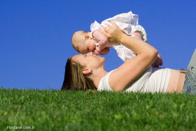 Annelerin, bebeklerinin yeterince süt emmediğini; daha sonraki dönemlerde de fazla yemek yemediğini düşünmeleri, anne ve bebek arasında süt ve mama savaşlarına neden oluyor.