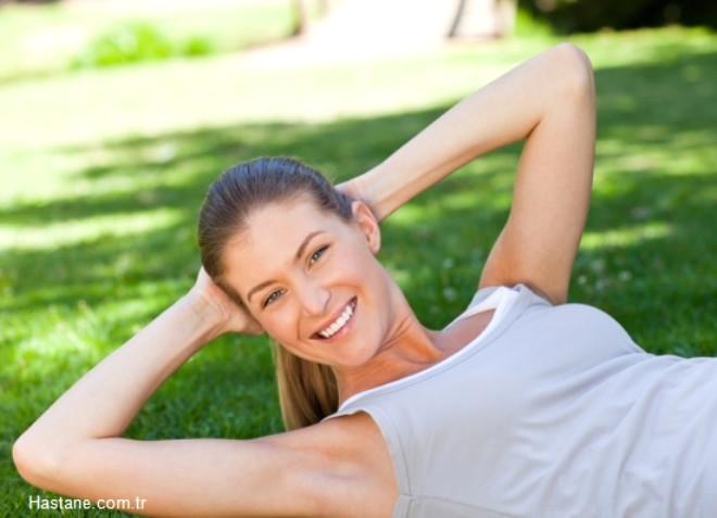 D vitamini diş ve kemik sağlığı açısından çok önemlidir. Kalsiyum ve fosfor maddelerinin kan seviyelerini dengeleyen vitamindir. Kalsiyumun bağırsaklardan emilimini sağlarken, böbreklerle kalsiyum kaybını azaltmaktadır. Kemiklerin mineralizasyonunu yani kemiğin kalsiyum birikimi ile sertleşmesi D vitamini ile olmaktadır. D vitamini eksikliğinde kemik yumuşamakta, çocuklarda raşitizm,  erişkinlerde osteomalazi ( kemiğin yumuşaması) ileri yaşlarda da osteoporoz oluşmaktadır. Bununla birlikte D vitamini kas kütlesi ve kas gücünü arttırmakta, özellikle yaşlılarda sık görülen düşmeleri de engellemektedir.