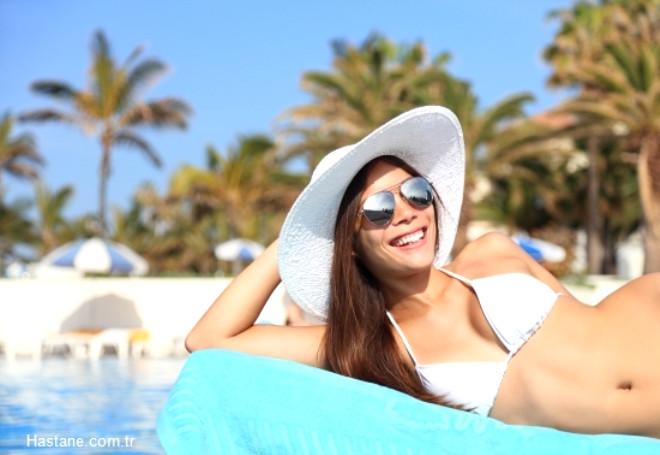 Özellikle yaz aylarında güneşin dik ve etkili olduğu 11:00-15:00 saatleri dışında, sabah ve akşam saatlerinde her gün 20-30 dakika kollar ve bacakların güneş koruyucu krem olmaksızın güneş görmesi kişinin ihtiyacını karşılamaya yeterlidir. D vitamini diğer pek çok vitaminin aksine yararı, etkinliği bilimsel olarak kanıtlanmış bir vitamindir.