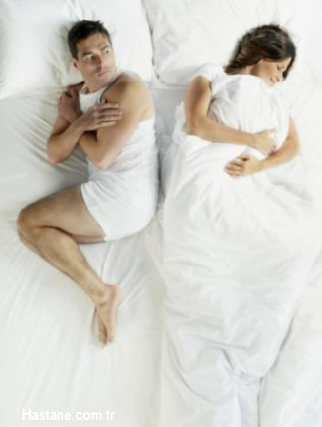 Vajinal enfeksiyon haricinde de bir çok kadın hastalığı vaginal akıntı yapabilir. Vajinal bölgede kullanılan kokular, alerjiye neden olan pedler, tamponlar veya prezervatif gibi yabancı maddeler vajinada tahriş yaparak akıntıya neden olabilir.