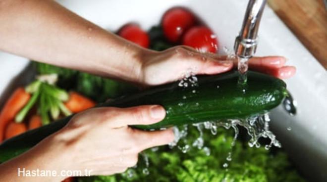 Sebze ve meyveleri akan suda yıkamalıyız. Suda bekletme işlemi yapmamalıyız.