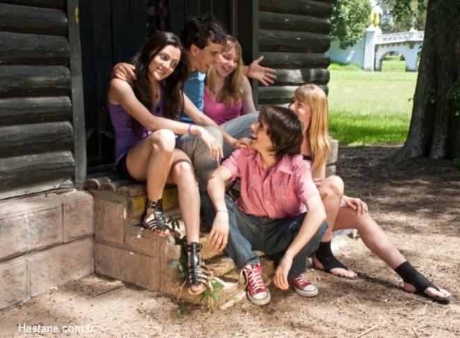 Sosyal yönü kuvvetli olmak: Geniş bir arkadaş çevresi, farklı kesimler tarafından seviliyor ve tanınıyor olmak da yaşam sürenizi artırıcı etkiye sahip. Sosyal açıdan aktif olmak, hem ruhumuza hem de bedenimize oldukça iyi geliyor.