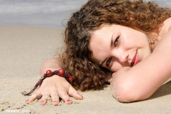Sıcak ve nem her türlü saçın elektriklenmesine neden olur ama belki de en fazla kıvırcık saçların elektiriklenip kabarmasına neden olur.
