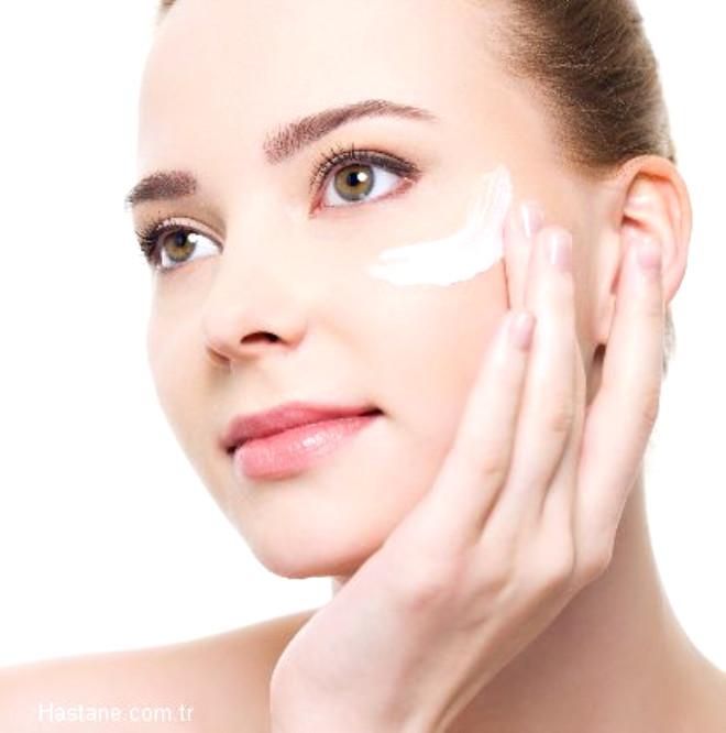 Dolayısıyla özellikle güneşe, yaz, kış direkt maruz kalan yüzümüze kullandığımız nemlendiricilerin güneşten koruma özelliği olması önemlidir.