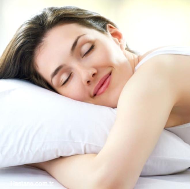 Yastık deyip geçmeyin: Söz konusu uyku olduğunda yastık seçimi önemlidir. Çok sert ya da çok yumuşak yastıklar rahat bir uyku açısından pek sağlıklı değil. Uyumadan önce kendinize ve rahatınıza en uygun yastık seçimin yapmalısınız.