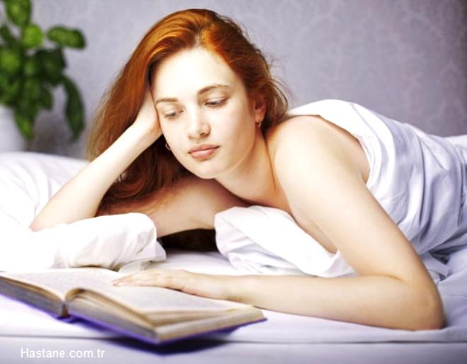 Başucu kitapları: Eğer uykuya bir türlü dalamıyorsanız, kitap okumak kesinlikle etkili bir yöntemdir. Bir süre dinlendirici müzikler dinleyebilir ya da çok sevdiğiniz kitabınızı okuyabilirsiniz!