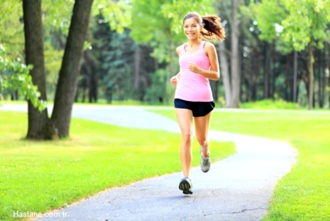Haftada üç gün yaklaşık 1 saat civarında yürüyüşler yapın ya da yüzme gibi düşük aktiviteli sporlar tercih edin. Bu tür aktivitelere istikrarlı olarak devam etmenizin önemli olduğunu unutmayın.
