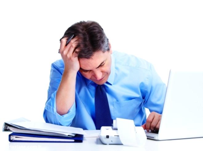 İş stresinden kaçınmak için önemli işler listesi yapmak uygun olabilir. Böylelikle, yapılması gereken acil işler ön sıraya konur ve geri kalan işlerin ise yetiştiği kadarı yapılır.