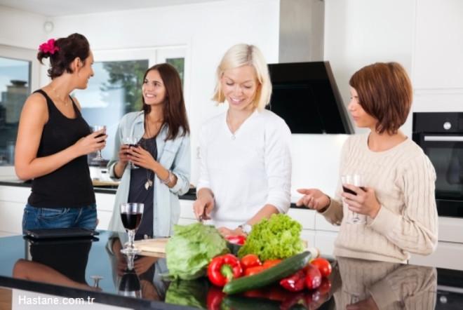 Eve misafir geldiği zaman en iyi şekilde ağırlamak için stres yapmak yerine, beraber geçirilen zamanın daha sağlıklı ve kaliteli geçmesine özen gösterilmelidir.