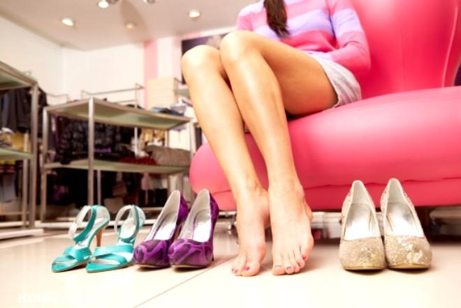 İlk defa orta çağ Fransa'sında hem erkek hem de kadın aristokratlar tarafından giyilmeye başlanan yüksek topuklu ayakkabı, günümüzde sosyal statü simgesi olmasından ziyade kadın güzelliğine alım katan bir moda unsuru olarak görülüyor. İşte yüksek topuklu ayakkabılardan vazgeçmeden nasıl sağlıklı kalabilirsiniz...