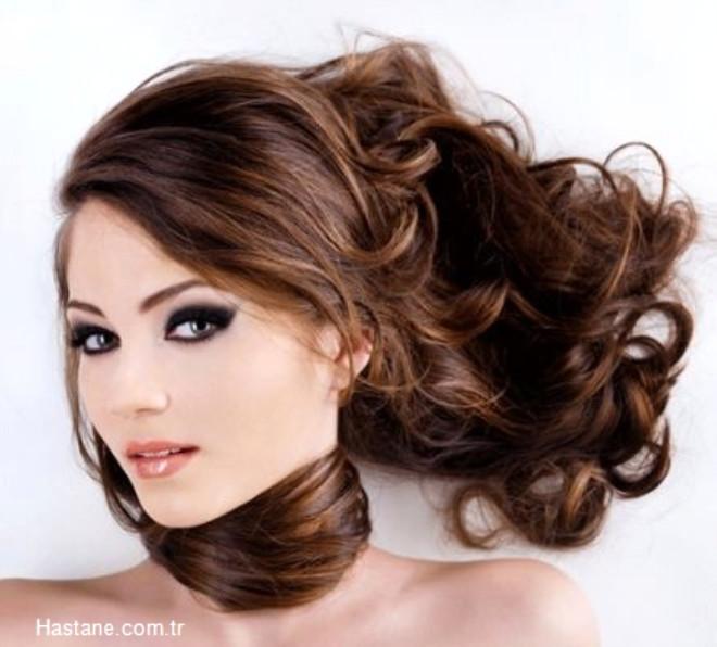 Bu sıcak yaz günlerinde saçlarınız hacmini kaybedip siniyorsa transparan pudrayı saç diplerinize kalın bir fırça yardımıyla dağıtın. Saçlarınızın renginde hiçbir değişim olmadan dolgunlaşıp hacim kazandığınızı göreceksiniz.