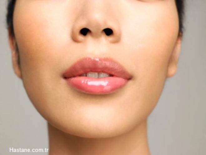 Aft Nedir?  Aft ağız içerisinde oluşan dil yüzeyi, iç yanak kısımları ve diş etleri üzerinde görülen ağrılı genellikle solgun beyaz, gri renklerde, çevresinde yoğun kızarıklar olan ağrılı oluşumlardır.   Aftlar, ağız içi yaralar, uçuklar toplumun %18-20 lik kısmında sürekli olarak tekrar eden bir biçimde görülür. Çoğu zaman tek bir noktada oluşsa da bazen ağzın belirli bölgelerinde birden çok alanda çıkabilir. Ağız içi yaralar gündelik yaşamı olumsuz bir biçimde etkiler.