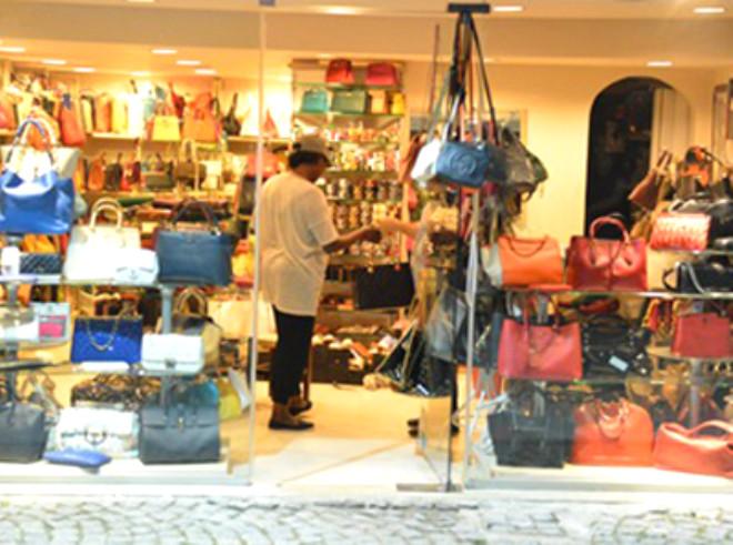 Ünlü model, mağazadan apar-topar ayrılarak asistanını görevlendirdi.
