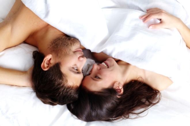 Çıplak Görünmekten Çekiniyorsunuz!: Çıplak vücudunuzdan utanıyorsanız, yatak odanızı loş bir şekilde aydınlatın. Küçük mumlar ve lambaların loş ışında aynada kendinize baktığınızda vücudunuzun görüntüsü sizi üzmeyecek. Ayrıca yatakta kullanmak için birkaç tane yumuşacık ve kocaman süs yastıklarından alabilirsiniz. Yastıklar seks sırasında kalçalarınıza destek olarak kullanmak için olduğu kadar sarılıp vücudunuzu gizlemek için de mükemmel.