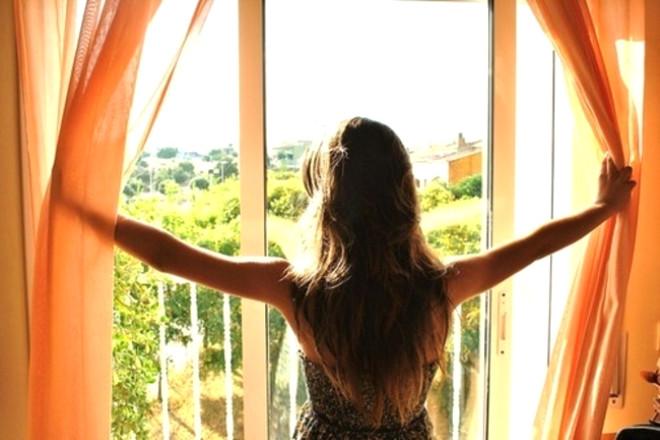 Sabah saatlerinde perdelerinizi açın ve panjurlarınızı kaldırın. Böylece gün ışığı içeri girerek havayı ısıtabilir.