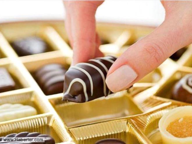 Kendinizi Mahrum  Bırakmayın Sevdiğiniz bir şeyi yemekten elbette alıkoymayın ancak bir kutu çikolatayı sadece seviyorsunuz diye yemek asla zayıf olmanıza yardımcı olmayacaktır. Bir tane yemek ile yetinmelisiniz.